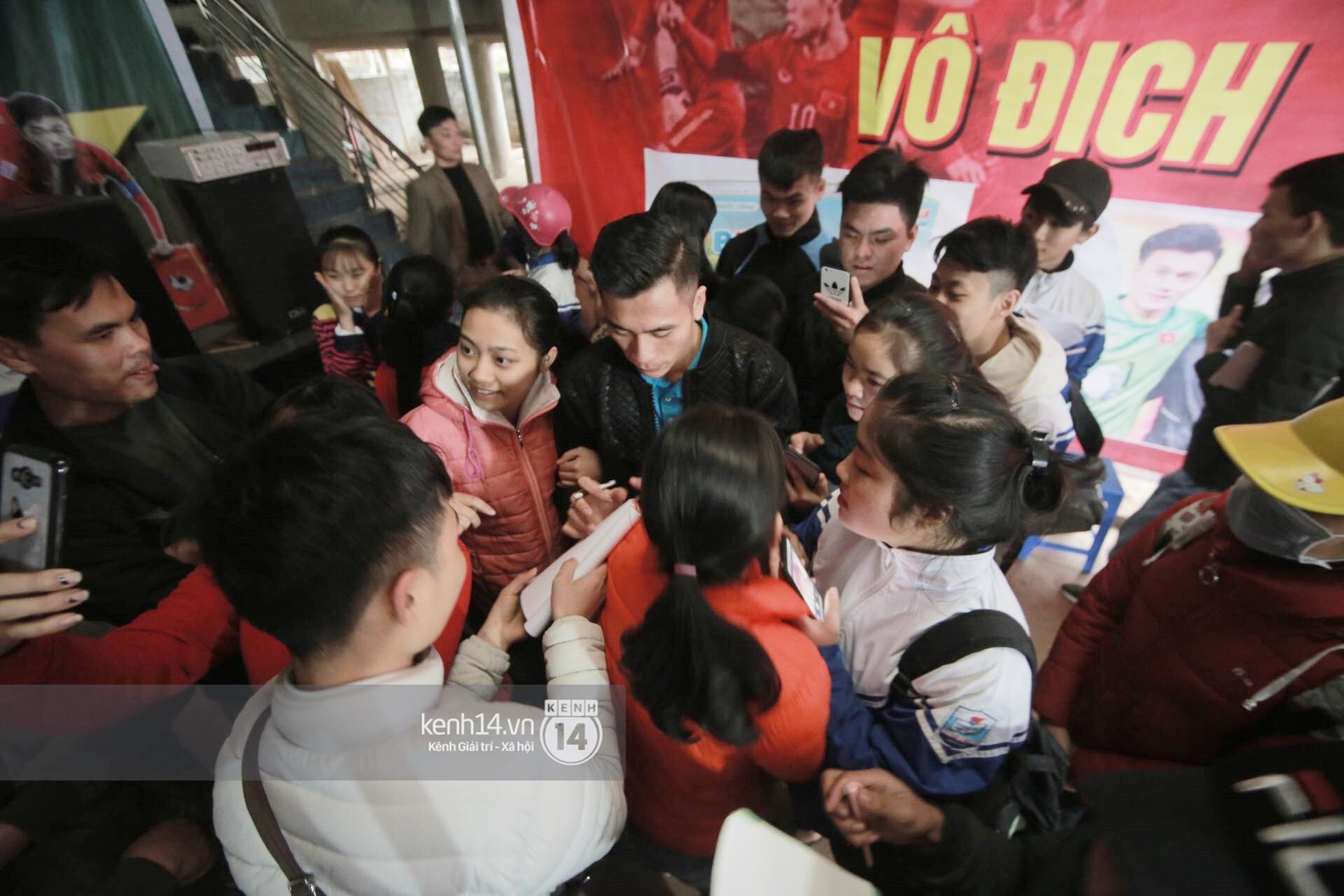 Chùm ảnh: Biết tin anh em Tiến Dũng đã về nhà, hàng trăm người hâm mộ Thanh Hóa đã kéo đến chúc mừng - Ảnh 9.