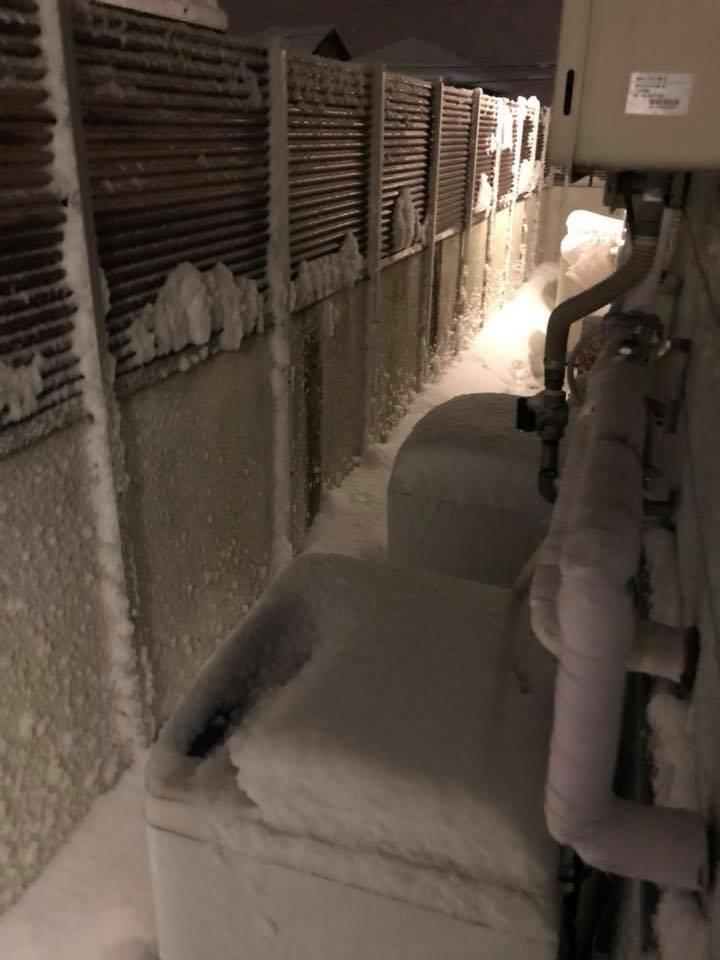 Hình ảnh đáng sợ về giá lạnh ở Nhật: Nước chảy đến đâu đóng băng đến đó - Ảnh 6.