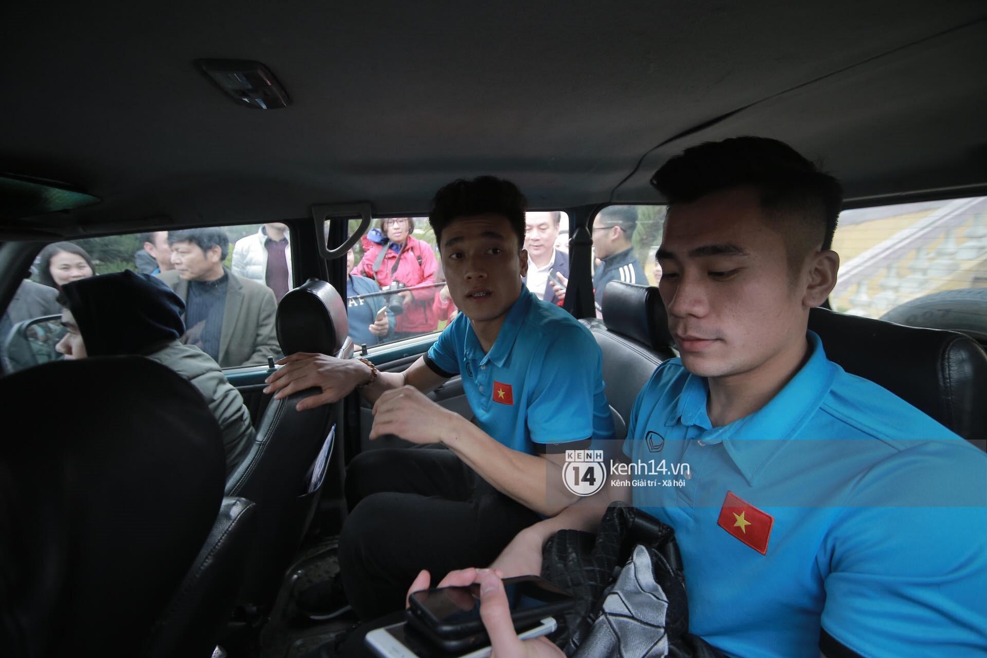 Clip: Hàng trăm fangirl kêu gào khi áp sát xe chở anh em Tiến Dũng, nhiều người bị xô đẩy đến té ngã - Ảnh 2.