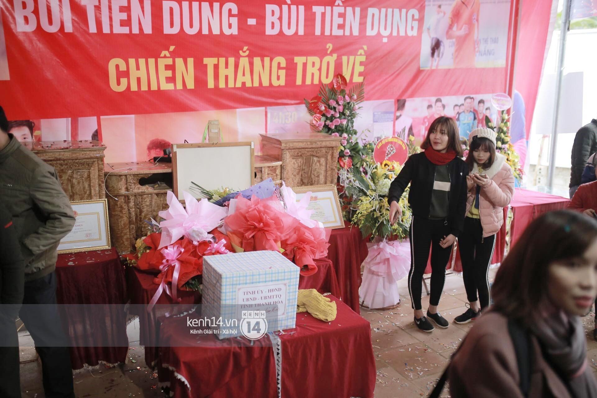 Chùm ảnh: Biết tin anh em Tiến Dũng đã về nhà, hàng trăm người hâm mộ Thanh Hóa đã kéo đến chúc mừng - Ảnh 14.