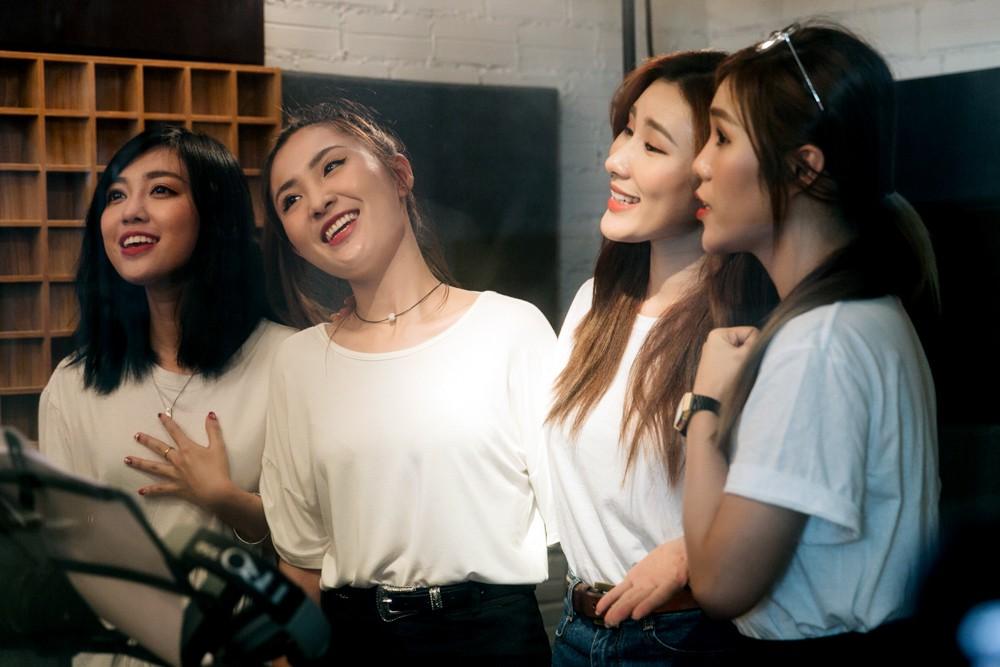 """Không thể không xem: 19 ca sĩ, nhóm nhạc đình đám Vpop hòa giọng đầy cảm xúc trong MV ca khúc chủ đề của album """"Bình tĩnh sống"""". - Ảnh 16."""