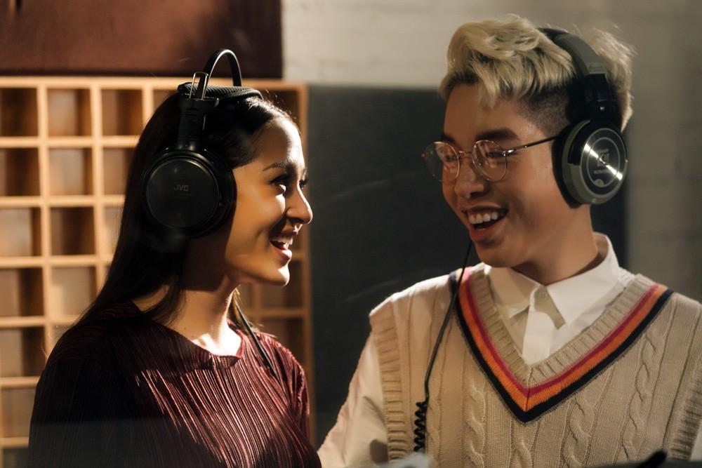 """Không thể không xem: 19 ca sĩ, nhóm nhạc đình đám Vpop hòa giọng đầy cảm xúc trong MV ca khúc chủ đề của album """"Bình tĩnh sống"""". - Ảnh 13."""