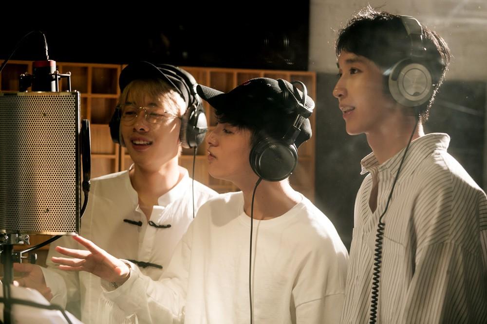 """Không thể không xem: 19 ca sĩ, nhóm nhạc đình đám Vpop hòa giọng đầy cảm xúc trong MV ca khúc chủ đề của album """"Bình tĩnh sống"""". - Ảnh 15."""