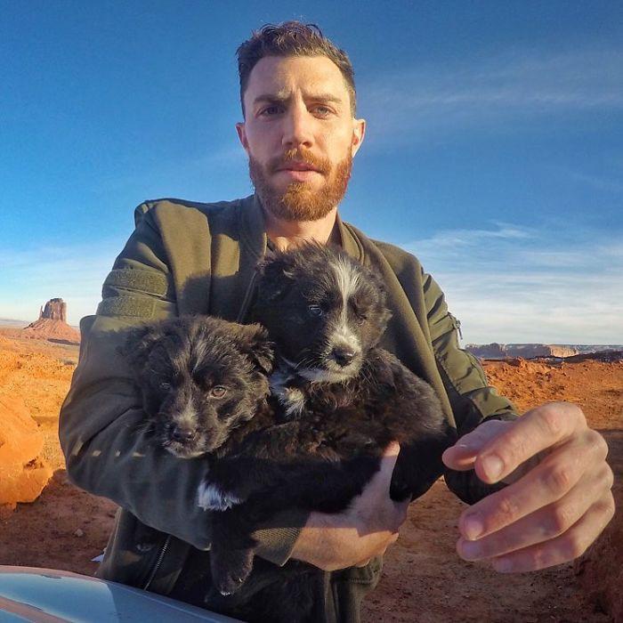 Cứu sống hai chú chó nhỏ, anh chủ tốt bụng còn đưa chúng đi du ngoạn khắp thế gian - Ảnh 1.