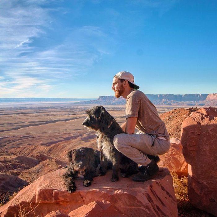 Cứu sống hai chú chó nhỏ, anh chủ tốt bụng còn đưa chúng đi du ngoạn khắp thế gian - Ảnh 13.