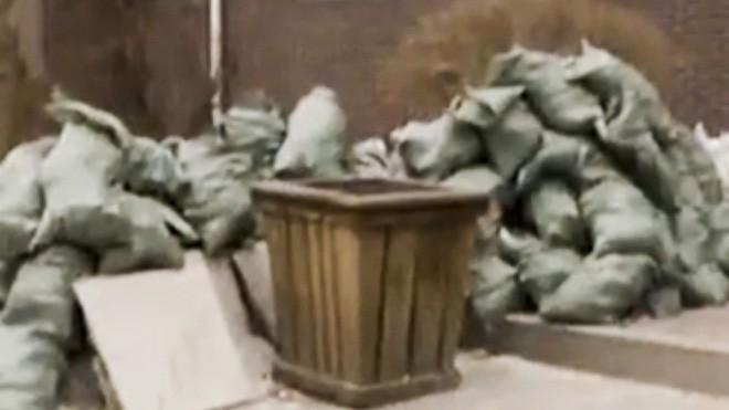 Chuyện thật như đùa: Mang tiền đi gửi ngân hàng, người đàn ông ném nhầm hơn 400 triệu đồng vào thùng rác - Ảnh 1.