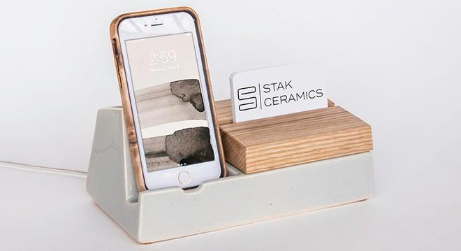 Bộ sưu tập phụ kiện độc đáo dành cho những người không thể rời tay khỏi điện thoại - Ảnh 1.