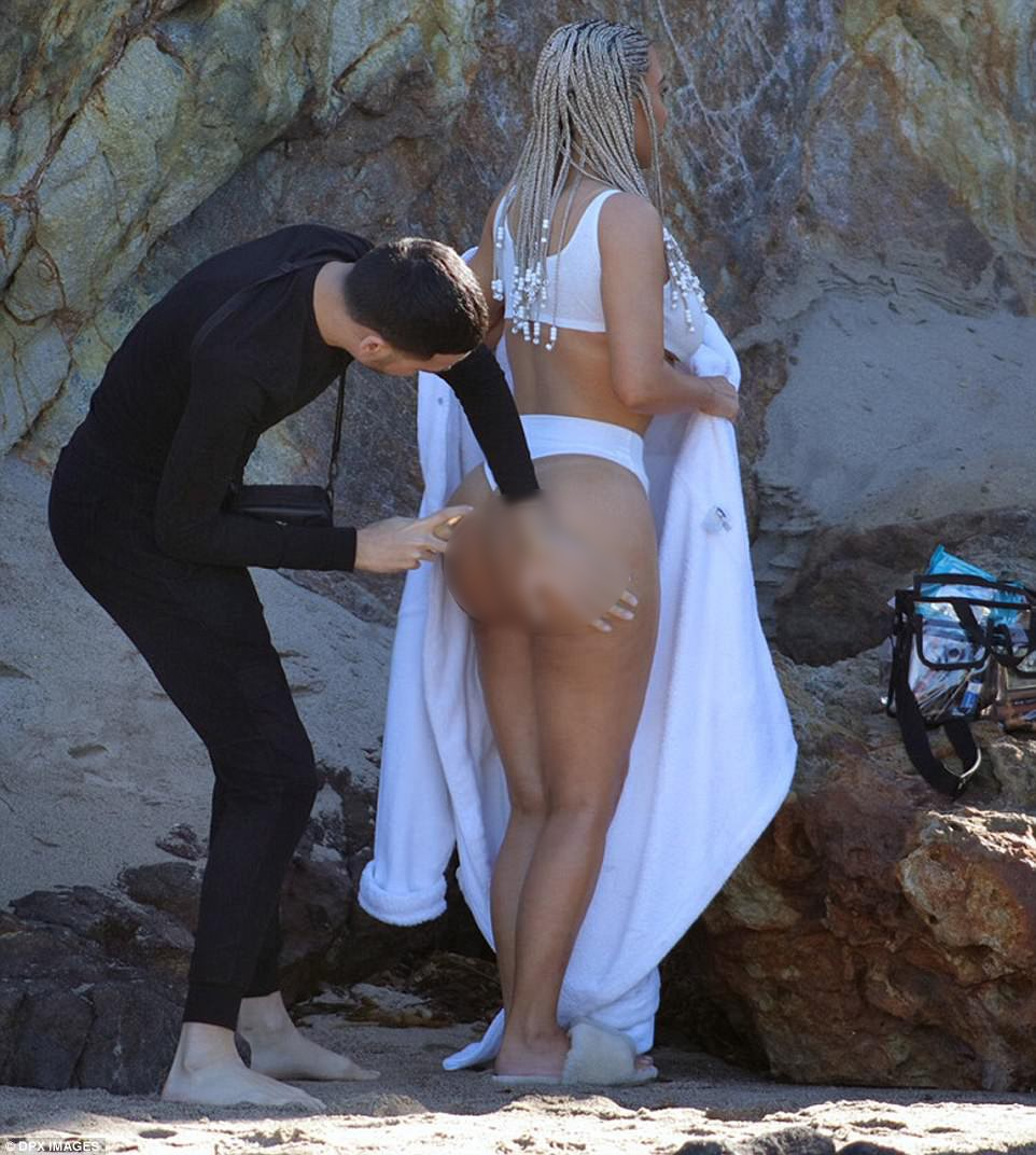 Không chỉ mặt, mà cả siêu vòng 3 của Kim cũng cần make-up trước khi chụp ảnh - Ảnh 1.