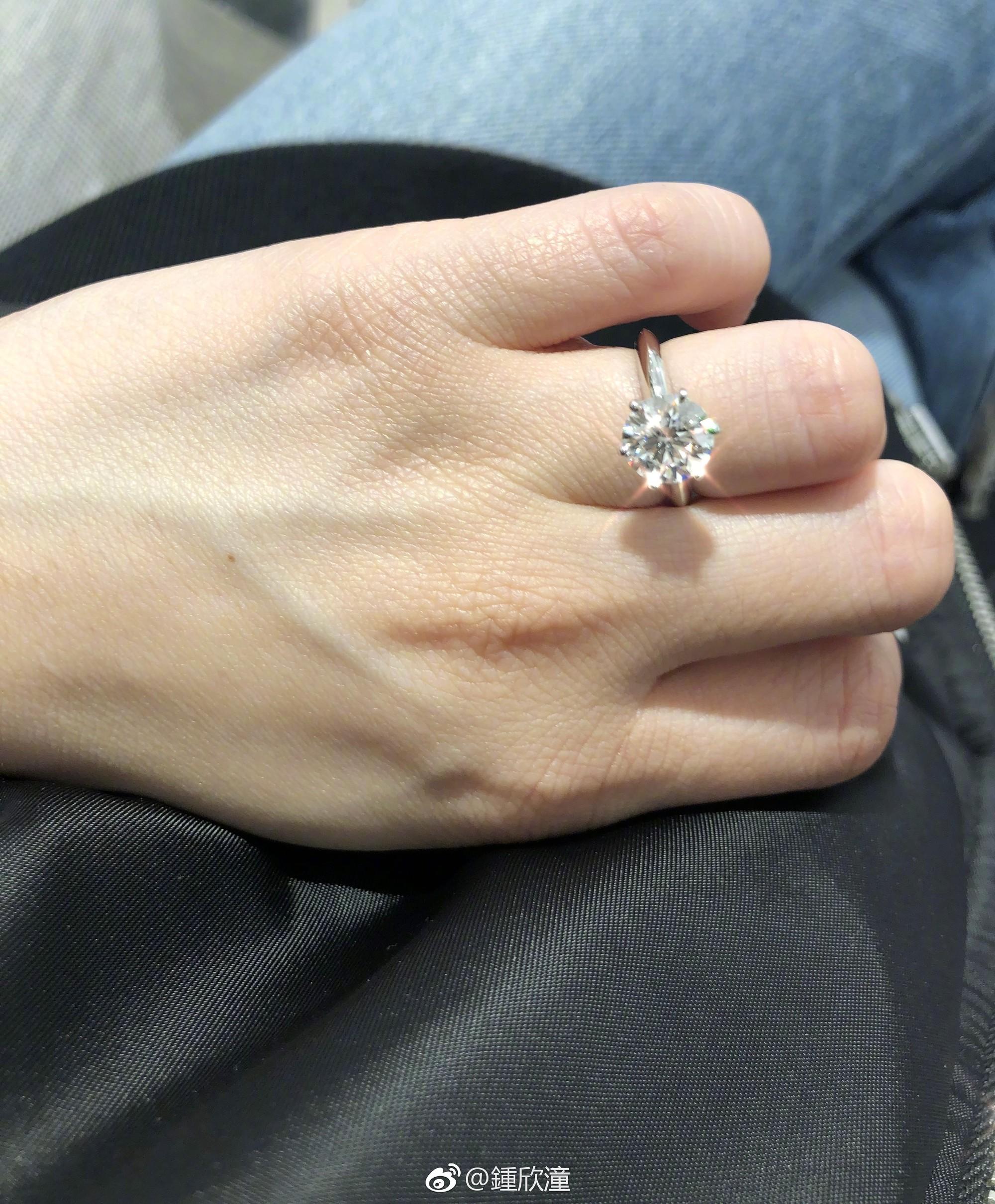 Bạn trai kém tuổi cầu hôn Chung Hân Đồng ngọt ngào chỉ sau 4 tháng hẹn hò