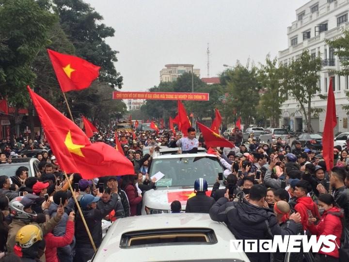 Ảnh: Đường phố Thái Bình rực rỡ cờ hoa đón cầu thủ U23 Việt Nam Đoàn Văn Hậu - Ảnh 1.