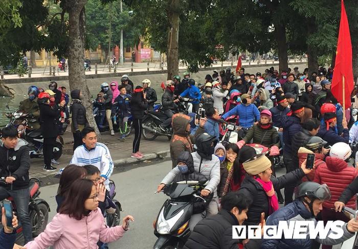 Ảnh: Đường phố Thái Bình rực rỡ cờ hoa đón cầu thủ U23 Việt Nam Đoàn Văn Hậu - Ảnh 2.