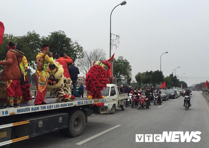Ảnh: Đường phố Thái Bình rực rỡ cờ hoa đón cầu thủ U23 Việt Nam Đoàn Văn Hậu - Ảnh 3.