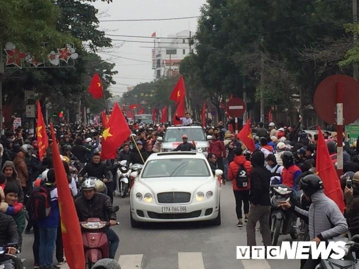 Ảnh: Đường phố Thái Bình rực rỡ cờ hoa đón cầu thủ U23 Việt Nam Đoàn Văn Hậu - Ảnh 5.