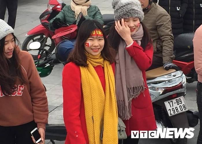 Ảnh: Đường phố Thái Bình rực rỡ cờ hoa đón cầu thủ U23 Việt Nam Đoàn Văn Hậu - Ảnh 6.