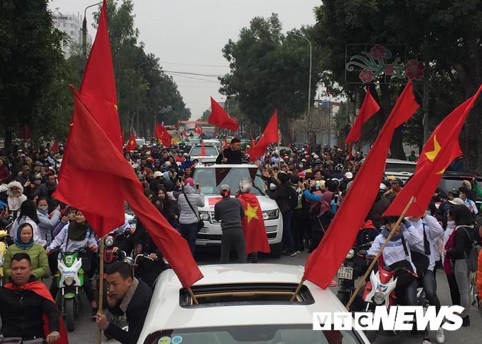 Ảnh: Đường phố Thái Bình rực rỡ cờ hoa đón cầu thủ U23 Việt Nam Đoàn Văn Hậu - Ảnh 7.