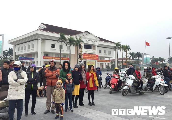 Ảnh: Đường phố Thái Bình rực rỡ cờ hoa đón cầu thủ U23 Việt Nam Đoàn Văn Hậu - Ảnh 8.