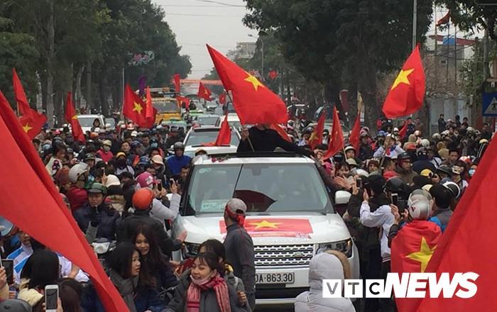 Ảnh: Đường phố Thái Bình rực rỡ cờ hoa đón cầu thủ U23 Việt Nam Đoàn Văn Hậu - Ảnh 9.