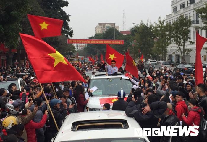 Ảnh: Đường phố Thái Bình rực rỡ cờ hoa đón cầu thủ U23 Việt Nam Đoàn Văn Hậu - Ảnh 10.