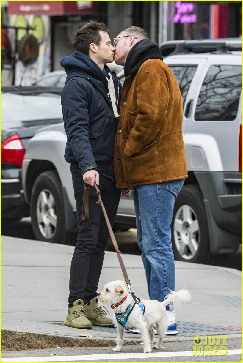 Nụ hôn của trai đẹp 13 Reasons Why và Sam Smith như sưởi ấm trái tim mọi hủ nữ giữa tiết trời lạnh giá - Ảnh 2.