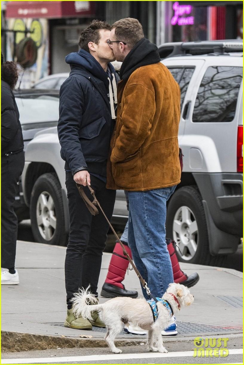 Nụ hôn của trai đẹp 13 Reasons Why và Sam Smith như sưởi ấm trái tim mọi hủ nữ giữa tiết trời lạnh giá - Ảnh 3.