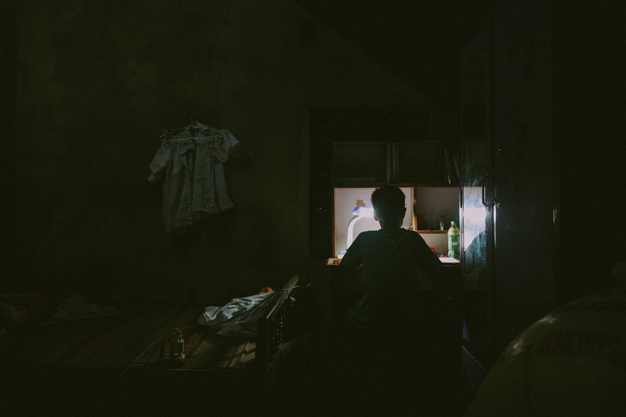 Bộ ảnh xúc động về cậu bé mồ côi ở Quảng Nam tự lập từ năm 12 tuổi, nuôi lợn để được đến trường - Ảnh 17.