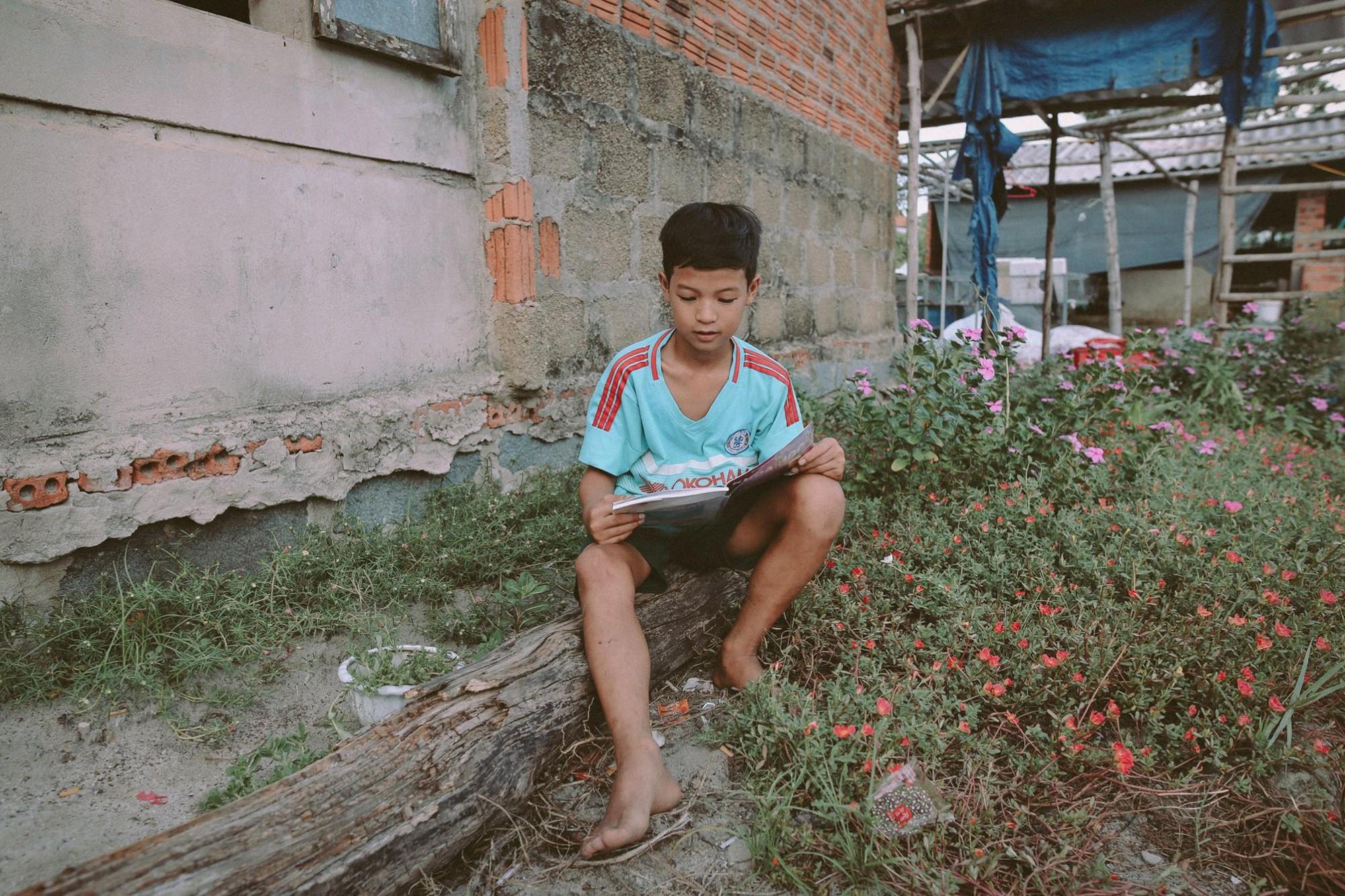 Bộ ảnh xúc động về cậu bé mồ côi ở Quảng Nam tự lập từ năm 12 tuổi, nuôi lợn để được đến trường - Ảnh 16.