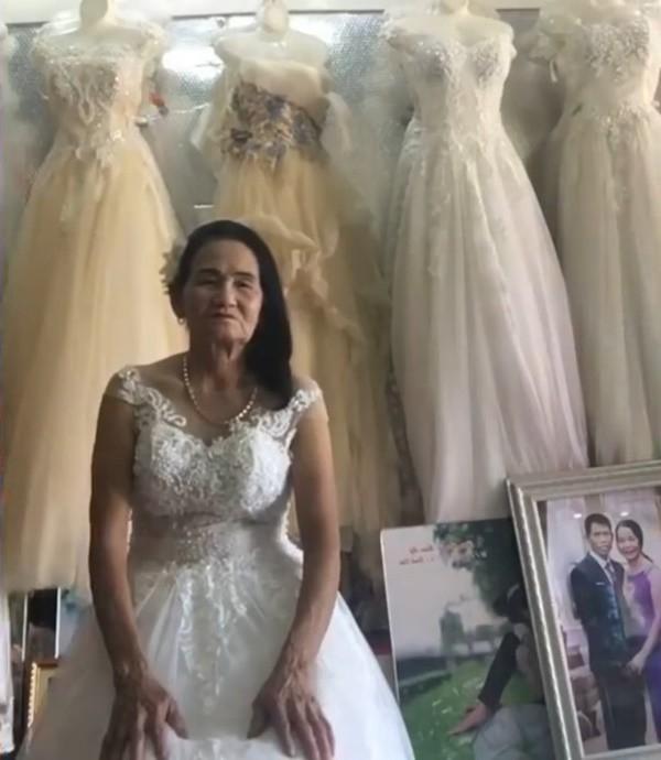 Nghệ An: Cô dâu 70 tuổi thử váy cưới khiến cư dân mạng xôn xao - Ảnh 1.