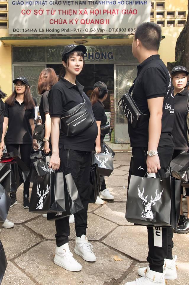 Sao Việt mặc đơn giản đi từ thiện: trông tối giản nhưng thật ra thì cũng đồ hiệu cả cây - Ảnh 1.
