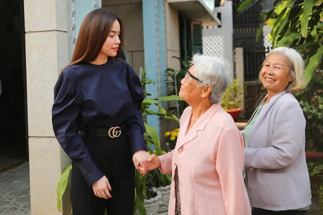 Sao Việt mặc đơn giản đi từ thiện: trông tối giản nhưng thật ra thì cũng đồ hiệu cả cây - Ảnh 2.