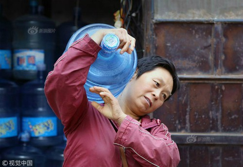 Mỗi ngày bê 70 thùng nước kiếm 20 triệu một tháng, người phụ nữ Trung Quốc mua nhà thành phố chỉ sau 3 năm - Ảnh 1.