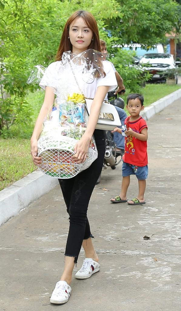 Sao Việt mặc đơn giản đi từ thiện: trông tối giản nhưng thật ra thì cũng đồ hiệu cả cây - Ảnh 12.