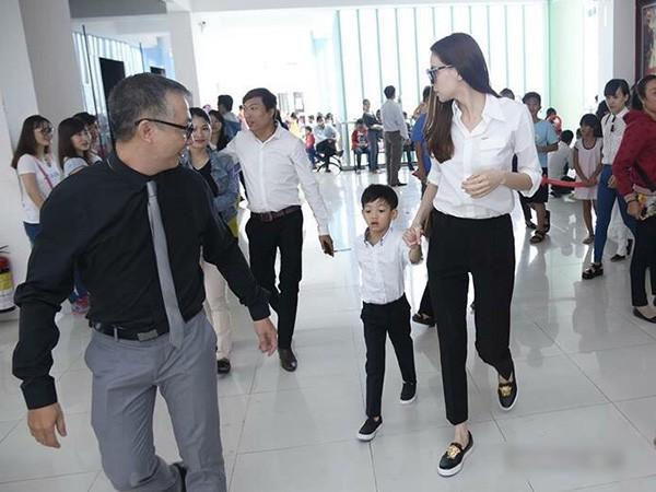 Sao Việt mặc đơn giản đi từ thiện: trông tối giản nhưng thật ra thì cũng đồ hiệu cả cây - Ảnh 4.