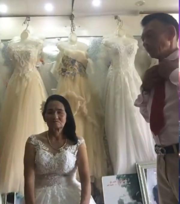 Nghệ An: Cô dâu 70 tuổi thử váy cưới khiến cư dân mạng xôn xao - Ảnh 2.