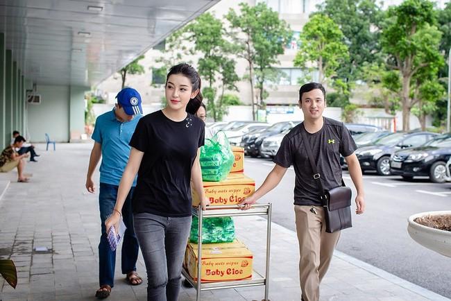 Sao Việt mặc đơn giản đi từ thiện: trông tối giản nhưng thật ra thì cũng đồ hiệu cả cây - Ảnh 6.