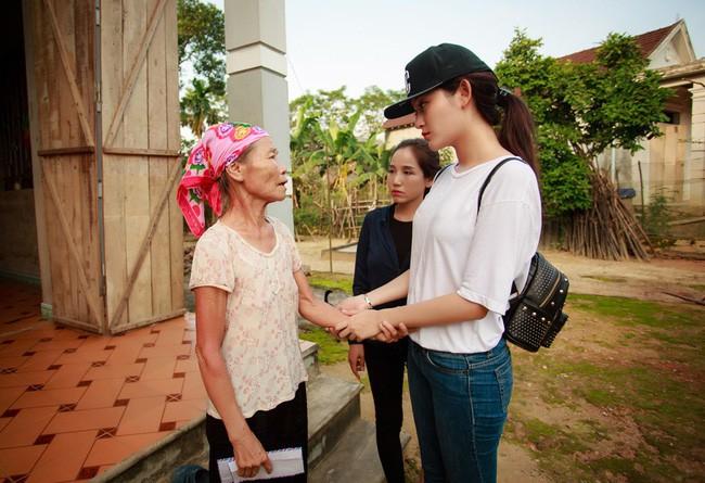 Sao Việt mặc đơn giản đi từ thiện: trông tối giản nhưng thật ra thì cũng đồ hiệu cả cây - Ảnh 7.