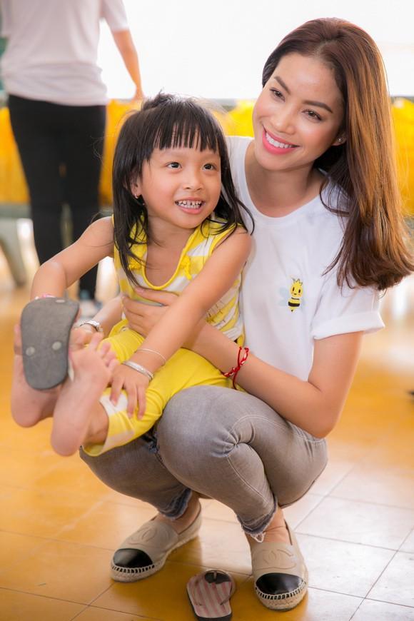 Sao Việt mặc đơn giản đi từ thiện: trông tối giản nhưng thật ra thì cũng đồ hiệu cả cây - Ảnh 9.