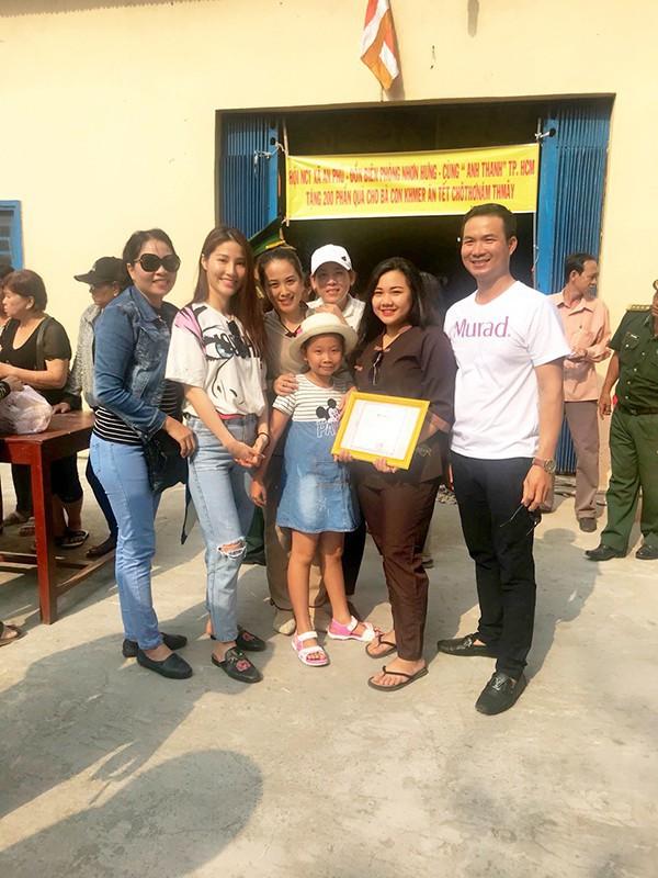 Sao Việt mặc đơn giản đi từ thiện: trông tối giản nhưng thật ra thì cũng đồ hiệu cả cây - Ảnh 10.
