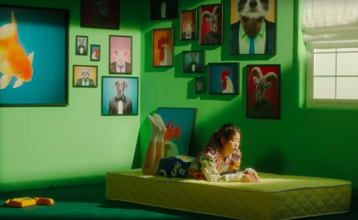 IU thay đổi 10 hình tượng trong MV kỉ niệm 10 năm ca hát, tiêu diệt mọi BXH khi vừa ra mắt - Ảnh 3.