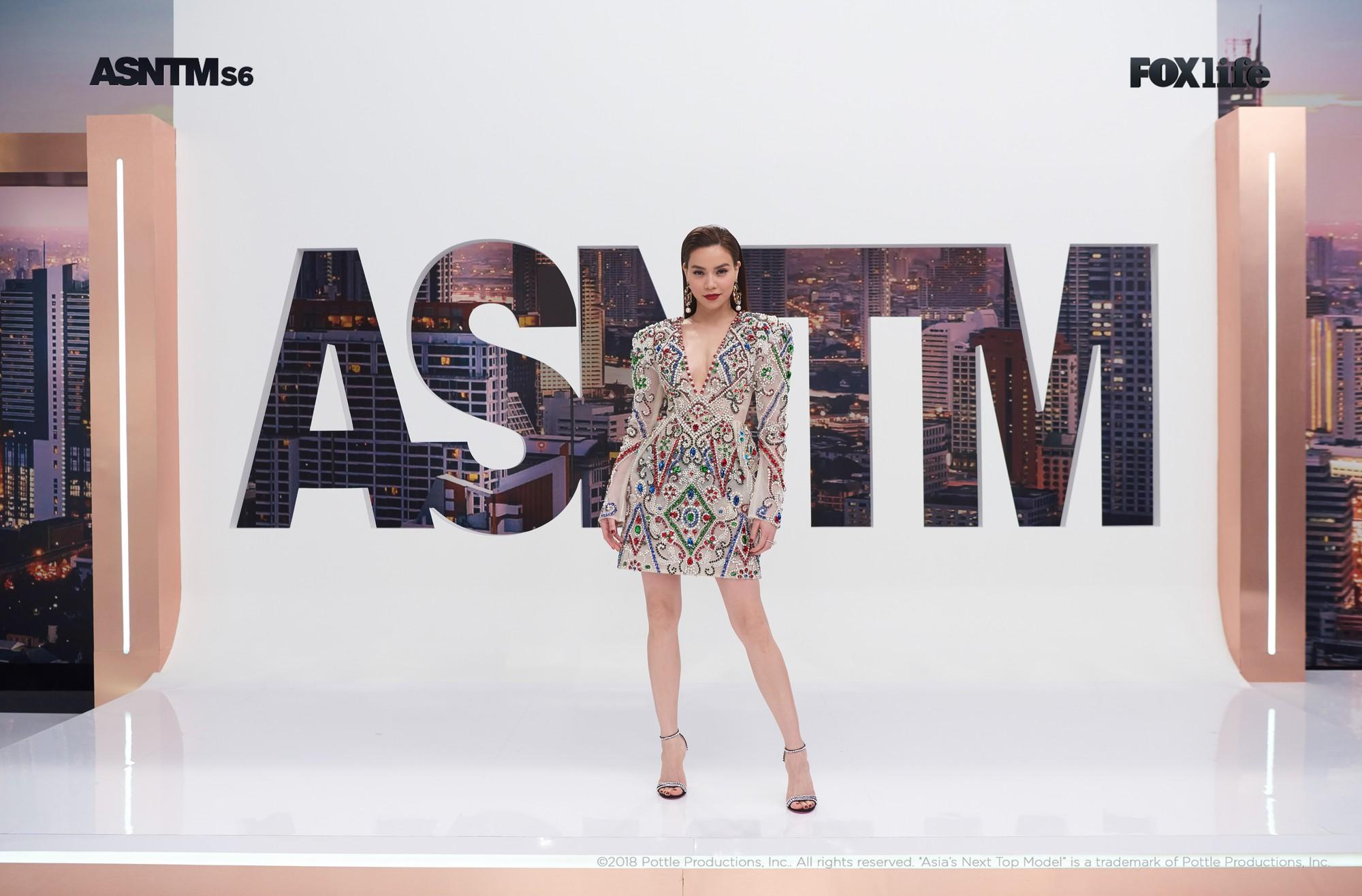 Clip: Không chỉ xuất hiện cho vui, Hồ Ngọc Hà vừa làm giám khảo, vừa lăn xả thị phạm tại Asias Next Top Model! - Ảnh 11.
