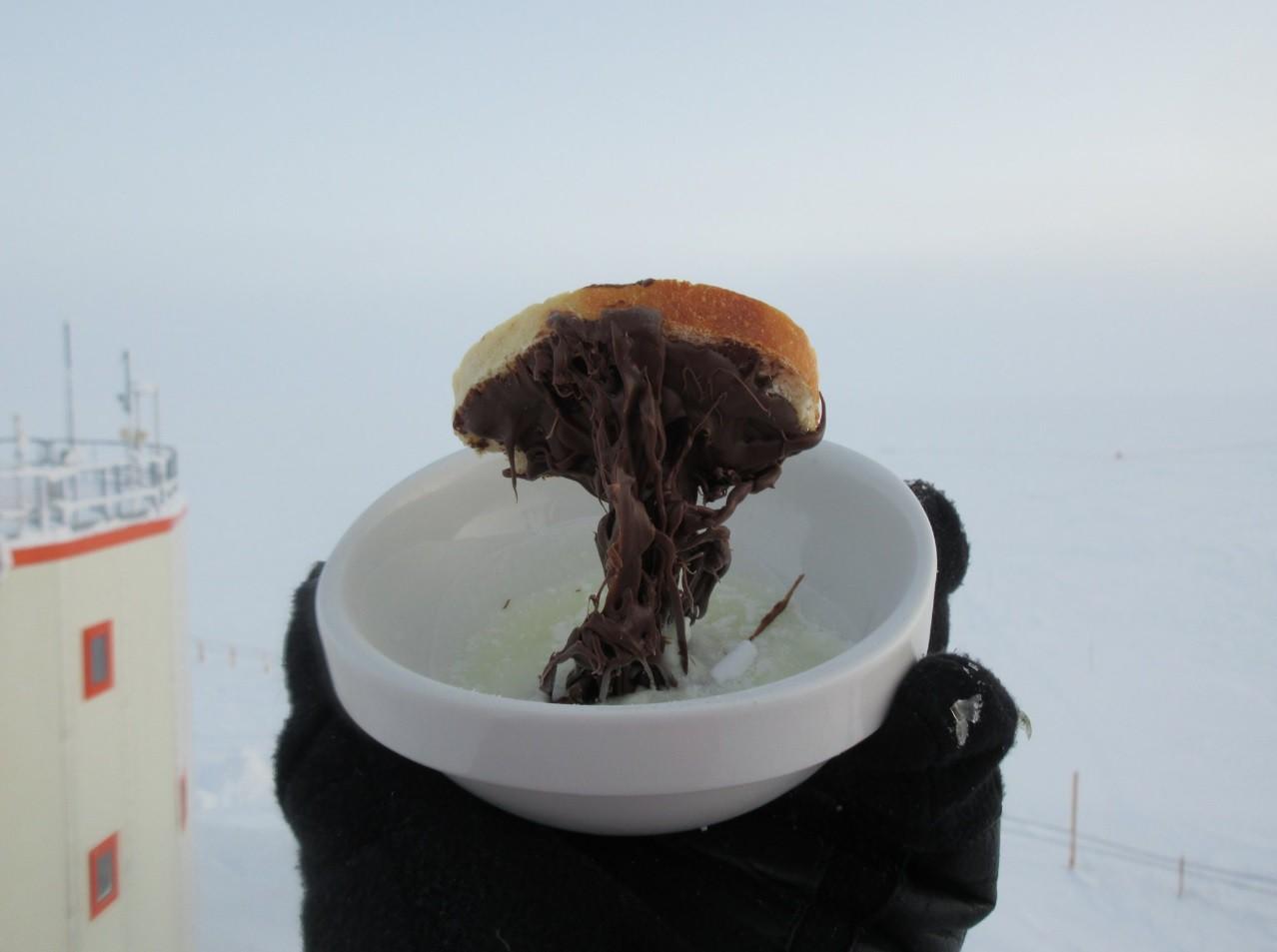 Điều gì sẽ xảy ra khi bạn nấu ăn ở Nam Cực với nhiệt độ ngoài trời là -70 độ C? - Ảnh 1.