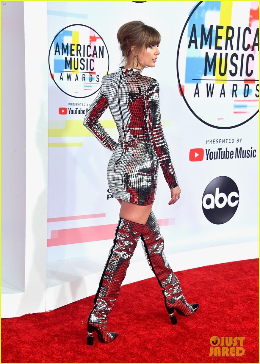 Nếu để gọi tên bộ trang phục của Taylor Swift tham dự AMA 2018 thì đó hẳn phải là quả cầu disco - Ảnh 2.