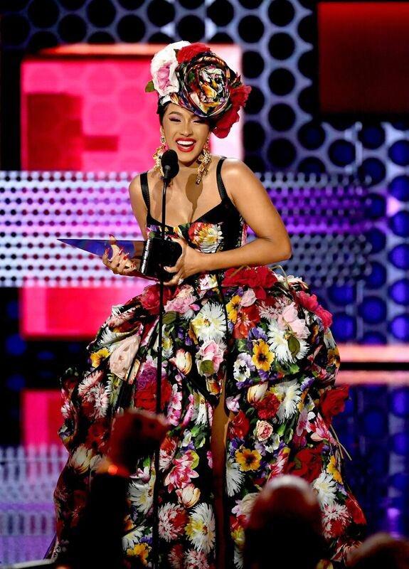 Taylor Swift và Camila Cabello bội thu ở lễ trao giải AMAs 2018- Ảnh 3.