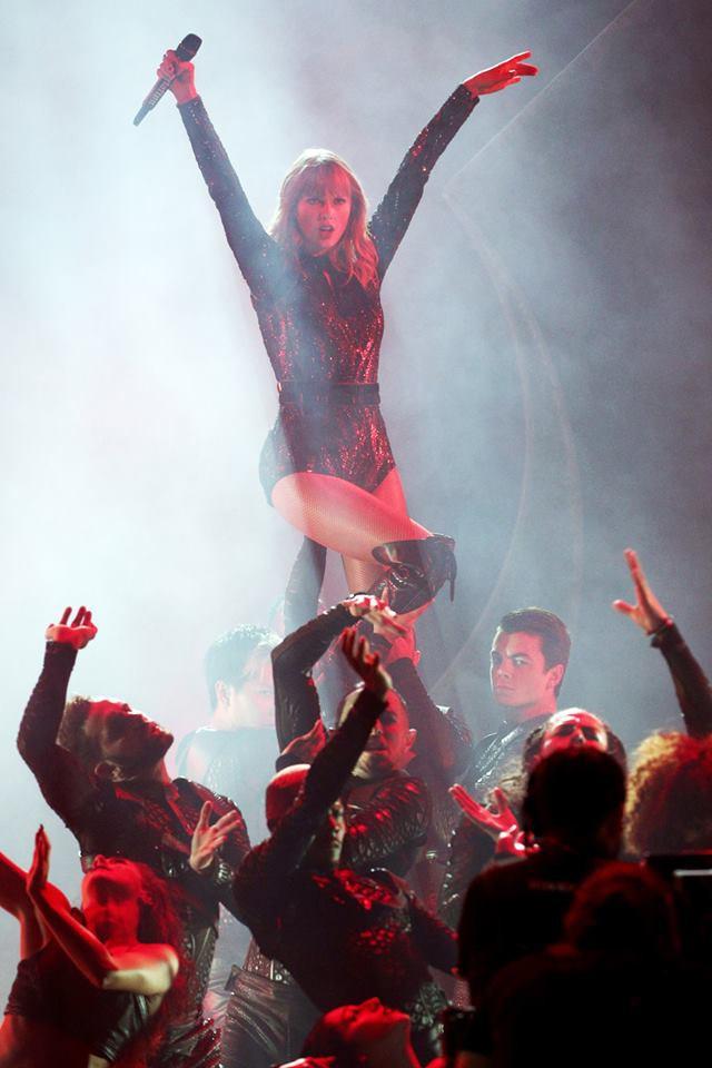 Taylor Swift tại lễ trao giải AMA 2018 đem đến màn trình diễn đỉnh cao - Ảnh 3.