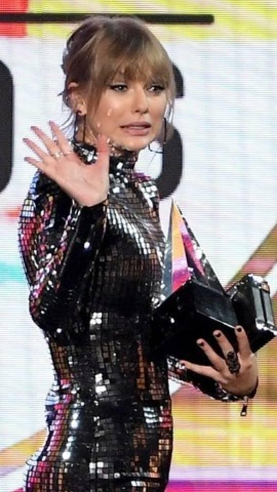 Nếu để gọi tên bộ trang phục của Taylor Swift tham dự AMA 2018 thì đó hẳn phải là quả cầu disco - Ảnh 6.
