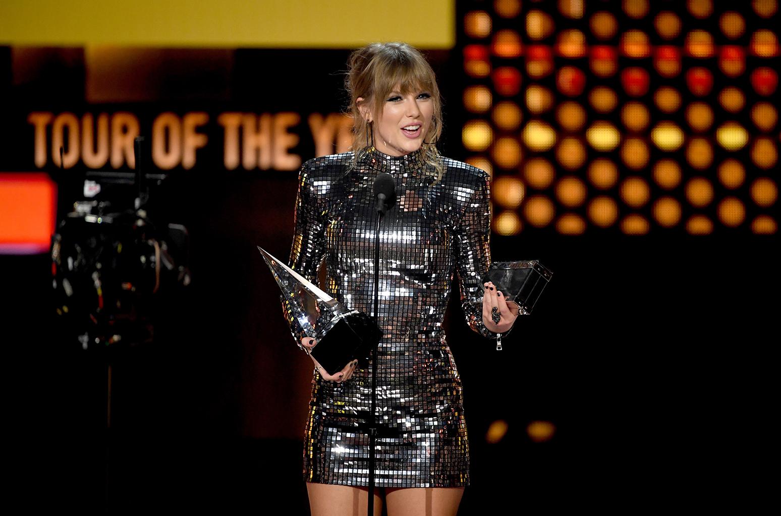 Taylor Swift và Camila Cabello bội thu ở lễ trao giải AMAs 2018 - Ảnh 1.