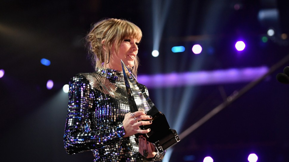 Chiếc thắng giải thưởng lớn Artist of the year, Taylor Swift tiếp tục làm nên kỉ lục mới tại AMAs 2018 - Ảnh 3.