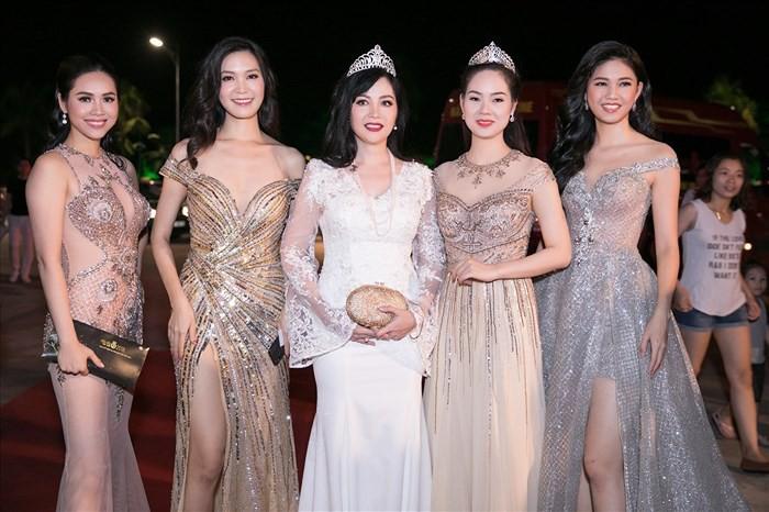 Dám làm điều mà nhiều Hoa hậu ngại ngần, Mỹ Linh và Jolie Nguyễn đều thăng hạng phong cách vù vù! - Ảnh 1.