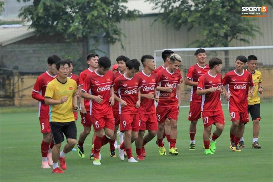 Công Phượng, Hồng Duy vui vẻ oẳn tù tì trong buổi tập đầu tiên của đội tuyển Việt Nam - Ảnh 1.