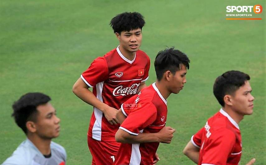 Công Phượng, Hồng Duy vui vẻ oẳn tù tì trong buổi tập đầu tiên của đội tuyển Việt Nam - Ảnh 4.