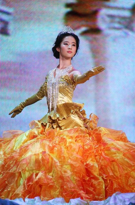 Không phải Angela Baby hay Quan Hiểu Đồng, Nữ thần Kim Ưng 2018 là Địch Lệ Nhiệt Ba! - Ảnh 2.